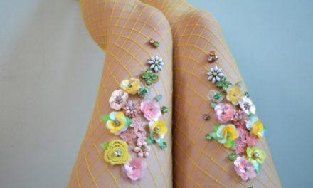 Мрежестите чорапи с камъни и цветя са много модерни