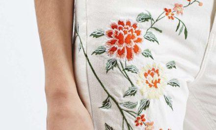 Носете бели дънки на цветя
