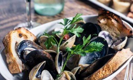 Морски деликатес – задушени миди в черупка
