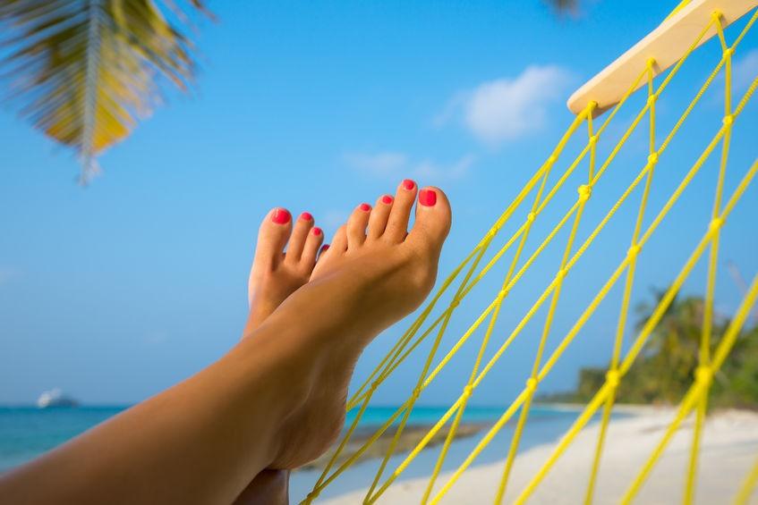 Красиви нокти на краката за месец август