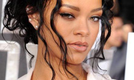 Rihanna с нова колекция коледни чорапи на пазара