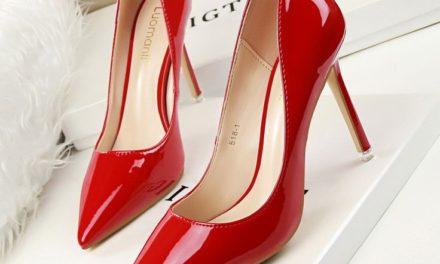Не пропускайте и лачените обувки тази година