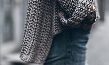 Пуловерите с полу яка са много модерни
