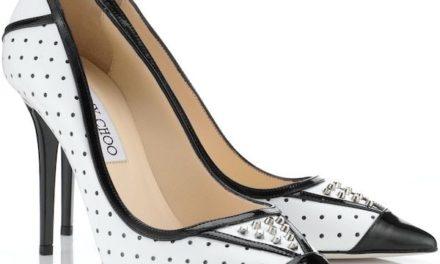 Обувките на високи токчета на точки са много модерни