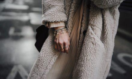 Модното съчетание на зимата с цвят на кафе и бяло